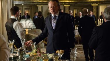 Stellan Skarsgård spiller den flamboyante russer Dima i Susanna Whites 'Our Kind of Traitor'. Han er med til at trække et britisk ægtepar, der på en ferie forsøger at reparere deres skrantende ægteskab, ind i en skyggeverden, hvor menneskeliv ikke betyder alverden.