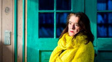 Ursula Reuter Christiansen var den første kvindelige professor i maleri på Kunstakademiet i København, men på et tidspunkt, hvor hun selv syntes, den feministiske kamp var vundet. Nu viser en bearbejdelse af hovedværket 'Skarpretteren' hvor fremadskuende hun var, selvom hendes feministiske medsøstre buhede filmen ud i 1972, fordi den viste kvindens underkastelse