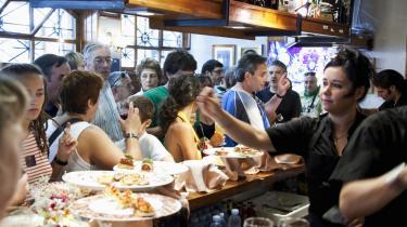 Besøgende på en pintxo-bar, en baskisk variant af tapasbaren med pindemadder, i San Sebastians gamle bydel.
