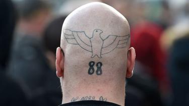 Naziørnen og 88, en kode for Adolf Hitler, i baghovedet på en demonstrant til en højrefløjsdemonstration på årsdagen for Hitlers fødselsdag tidligere i år.