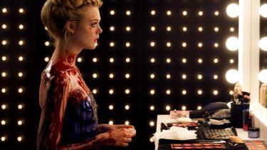 Elle Fanning spiller 16-årige Jesse, der forsøger sig som model i blodsugerbyen Los Angeles i Nicolas Winding Refns gyserfilm, 'The Neon Demon'. Foto: Filmfestivalen i Cannes