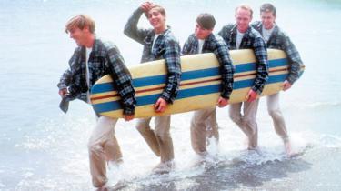 For 50 år siden udsendte The Beach Boys hovedværket 'Pet Sounds', der kom til at udgøre et kreativt højdepunkt for den dengang 23-årige sangskriver, arrangør og producer Brian Wilson. Her følger historien om, hvordan han og hans orkester nåede så langt på så kort tid