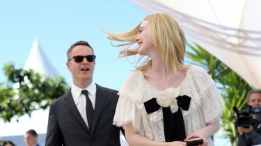 Instruktøren Nicolas Winding Refn med Elle Fanning, der spiller hoved-rollen i hans nyeste film, The Neon Demon'.