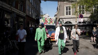 Kurt Salvesen – her med det grønne jakkesæt – er aktiv i kampen for at få legaliseret cannabis. Selv bruger han det medicinsk mod sin psoriasis.
