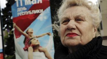 Nationens heltemodige, frie, glade og arbejdende borgere vises på plakater langs de brede boulevarder. Stærkt idealiserede indbyggere som er en klar videreførelse af den æstetik, der blev brugt i Sovjetunionen. Mange især ældre har det hårdt, da   den ukrainske regering har stoppet udbetaling af pensioner i det besatte territorium.