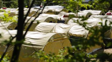 Lejrchefen i teltlejren i Næstved er blevet fritstillet, efter det er kommet frem, at han havde lagt en beboer i benlås. Nu viser det sig, at han i sin indberetning til kommunen ikke fortalte om benlåsen.