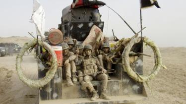 Irakiske soldater på vej til Fallujah, hvor de skal hjælpe den irakiske regeringshær med at generobre byen fra Islamisk Stat. Ifølge landets premierminister, Haider al-Abadi, varer det ikke længe, før selve byen er tilbage på regeringens hænder.