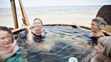 På kysten ved Hirtshals tænder de mindste fra Horne Skole lys, mens de større børn gør klar til dykkerskole. Alt sker det som led i danmarkspremieren på Naturmødet, hvor man også på stranden kan sidde i badekar – efter en tur i bølgen – og spise tobis.