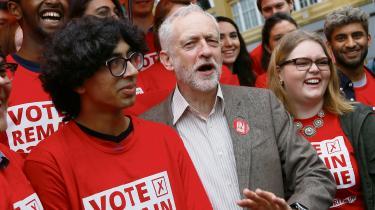 Britiske Labours leder, Jeremy Corbyn, er ikke med på vognen om, at Storbritannien skal forlade EU. Her ses han med unge Labour-tilhængere. Den store andel af skeptikere, som vil forlade EU kalder nu den 23. juni – afstemningsdagen – for uafhængighedsdagen.