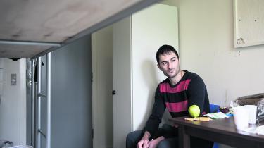 Javid kom til Danmark, da han var 22 år gammel. I dag er han 28 år og bor på Kærshovedgård. Javid er kurder fra Iran. Irans regering accepterer kun at tage flygtede statsborgere tilbage, hvis statsborgerne frivilligt vil udrejse fra det land, de er flygtet til. Men det vil Javid ikke. Derfor kommer han hver fjortende dag til en såkaldt motivationssamtale hos politiet. Foto: Ulrik Hasemann