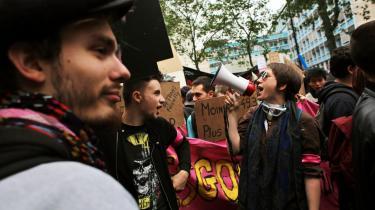 I Paris demonstrerer borgere mod bl.a. en ny arbejdsmarkedslov. Protesterne har ført til blokader af lufthavne og raffinaderier.