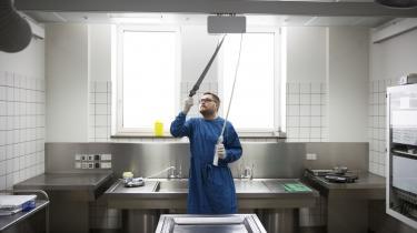 Retsmediciner Asser Hedegård Thomsen i 'drabsrummet' på Retsmedicinsk Institut. Krogen i hans hånd bruges til at flytte ligene med.