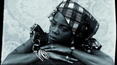 Seydou Keïtas assistent har flere gange bemalet billederne, så f.eks. en turban pludselig fremstår i skarpt grøn. Billedet her (Uden titel, 1949-51) er i 1995 lavet med et sølvprint – under tilsyn af fotografen selv.