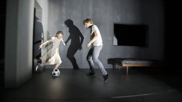 Verden bliver diset, og husenes mure forsvinder i Kim Brandstrups originale dansefortolkning af Søren Ulrik Thomsens digte i 'Rystet spejl'. Her Tobias Praetorius i munter fodboldkamp med Clara la Cour Bødtcher-Jensen.