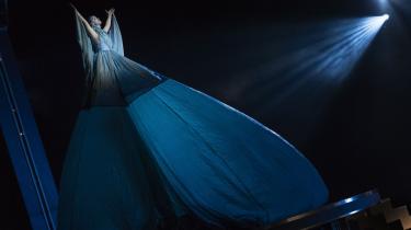 Den gudindesmukke Xenia Lach-Nielsen med den underskønne stemme bringer sommernattens overnaturlige magi med ind i forestillingen Kong Arthur i Ulvedalene.