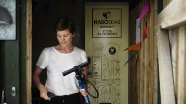 Hanne Sophie Hjorth Jensen er initiativtager til Naboskab på Nørrebro, hvor beboere kan låne værktøj og også bøger. Målet er at undgå, at beboerne hver især spilder både penge og miljøbelastende ressourcer på at eje det samme værktøj, som kun sjældent bruges.