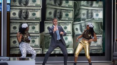 George Clooney er den smarte tv-vært, der fortæller seerne, hvilke aktier de skal investere i. Men hans råd er ikke velresearchede, og det får konsekvenser.