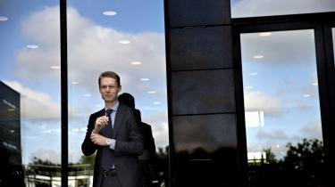 DONG's administrerende direktør, Henrik Poulsen, står med en gevinst på mellem 20 og 27 millioner kroner til at blive en meget heldig dansker. Nu får han hjælp til at undgå, at de mange penge kommer til at stå i vejen for et godt liv.