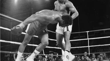 »Mohammad Ali er en af de få sorte, der er kommet til tops på det hvide, kapitalistiske systems præmisser, uden at blive dette systems villige redskab«, skrev Information i denne genoptrykte kommentar fra 1974 efter Alis legendariske kamp mod George Foreman. Mohammad Ali døde igår 74 år gammel.