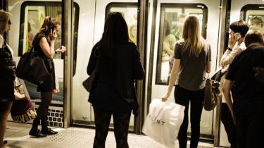 I Danmark taler  man ikke med mennesker, man ikke kender, på steder som i supermarkedet eller i metroen. Men det bør vi gøre, skriver dagens kronikør. For kun derigennem kan vi nå friheden.