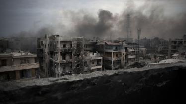 Folketinget har besluttet at fordoble den nuværende indsats mod Islamisk Stat. De mange internationale militæroperationer er hårde ved Forsvarets budget. På billedet ses en sønderbombet del af Aleppo i Syrien.