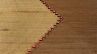 Landmænd i mejetærskere høster sojabønner i Campo Novo do Parecis i den brasilianske delstat Mato Grosso. Sojabønnerne bliver dykret i industriel stil og eksporteret til hele verden i et system, der ikke så meget er beregnet på et lokalt marked som et globalt. Den specialiserede dyrkning af én afgrøde med fokus på højt udbytte er ikke hensigtsmæssig, konkluderer ny rapport.