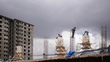 'Jeg ser en flok unge cementstøvdækkede kvinder bakse med en cementblandertromle. Sådan bliver bygningerne til, en hær af arbejdere med hammer og mejsel opfører spekulanternes fremtid. Det er over hele byen. Byggefeberen. Dubai via Las Vegas kitsch. Det er brutalt.' Thomas Boberg er taget til Etiopien og skriver her i første rejsebrev om hovedstaden Addis Abeba
