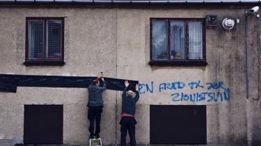 Carolineskolen er tidligere blevet udsat for hærværk, herunder antisemitisk graffiti, og efter terrorskyderierne i København sidste år har både bevæbnet politi og forældre bevogtet skolen. En af de sidstnævnte fortæller i dagens kronik om den frygt, danske jøder lever med hver dag.