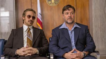Ryan Gosling som March og Russell Crowe som Healy i Shane Blacks underholdende detektivkomedie, 'The Nice Guys'. Foto: UIP