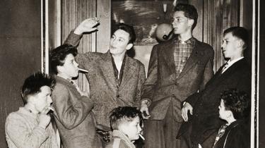 I 1950'erne var ungdommen farlig. Supermagterne kæmpede om de unges gunst, fordi de frygtede, at modstanderne ville rekruttere de naive hjerner, og politiet oprettede ungdomsklubber som kriminalitetsforebyggelse. Rigsarkivet viser en udstilling om koldkrigsgenerationen og frygten for ungdommen, som vi også ser spor af i dag