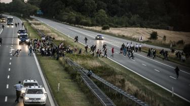 Den 9. september sidste år måtte politiet lukke Sydmotorvejen over Lolland, fordi flygtninge gik langs den til fods. Om aftenen løb en stor gruppe pludselig væk fra motorvejen og blev efter sigende blev hjulpet væk i biler.