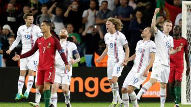 På banen står fem islandske fodboldspillere. De hopper, de råber, de kigger mod himlen. De jubler og de fejrer
