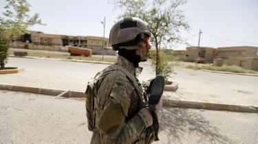 En irakisk regeringssoldat på patrulje i Fallujah, som forleden blev erobret af den irakiske regeringshær efter en næsten fire uger lang offensiv.