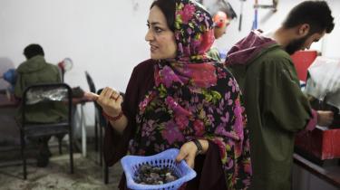 Sweeta Durrani  er en succesrig forretningskvinde, der handler med ædelsten, men der er grænser for, hvad man som kvinde kan: 'I politik bliver jeg nødt til at lave om på mig selv. Som forretningskvinde kan jeg være mig selv, og det er det, jeg vil,' siger hun.