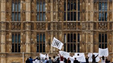 Aktivister fra fra både ja- og nej-lejren i den britiske folkeafstemning om EU har lavet kampagne i både uden for det britiske parlament. Briterne er ligeligt delt i spørgsmålet – og samtidig også den befolkning i EU, der ved mindst om EU ifølge en ny undersøgelse.