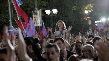En pige jubler i mængden af tilhængere af det græske venstrefløjsparti Syriza. Det græske parti er et blandt mange andre partier, der – modsat danske Enhedslisten – ikke støtter Brexit.