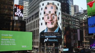 Det er en lysreklame. Den er seks etager høj. Den stråler fra Nasdaqs hovedsæde ud over Times Square i New York, hvor den præsenterer vinderen af politiker-aktiespillet Dine, Mine & Vores Penge anno 2016. Og der er en socialist på