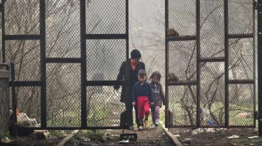 Brexit er et udtryk for en generel tendens, hvor man forskanser sig nationalt i stedet for at løse problemerne internationalt. Det er Europas gælds- og flygtningekrise blandt andet et udtryk for, og begge dele har været centrale i den britiske valgkamp. Her er en flygtet kvinde med to børn ved grænsen i Grækenland.