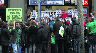 Aktivister fra organisationen PAH, der forsvarer gældsplagede borgeres rettigheder over for bankerne, demonstrerer foran en tidligere Barcelona-filial af banken La Caixa, der i en årrække var hjemsted for bz'ere og anarkister.
