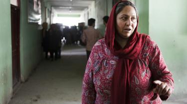 Maria Raheen, leder af det journalistisk fakultet på Mazar-i Sharifs universitet ønsker ikke Atta bragt til fald. Han har skabt sikkerhed i byen, og folk med uddannelse nyder godt af hans beskyttelse, forklarer hun.