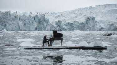 Den verdensberømte italienske pianist Ludovico Einaudi gav i sidste uge en noget usædvanlig minikoncert på en flydende, kunstig isflage foran den smeltende Wahlenbergbreen  ved Svalbard. Koncerten var en direkte besked rettet imod de arktiske nationer og de af deres politikere, der i samme øjeblik indledte de såkaldte OSPAR- forhandlinger i Spanien om muligheden for at erklære en del af Arktis for beskyttet naturområde.