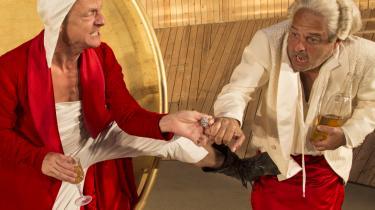 Den underkuede Jeppe sparker tilbage et kort øjeblik, da Olaf Johannessens døddrukne Jeppe i baronens seng forsøger at hævne sig på Steen Stig Lommers løgnagtige hersker i Grønnegårdsteatrets Jeppe på Bjerget.