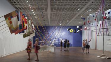 Poul Gernes mente ikke, at kunst var forbeholdt de få, men derimod et anliggende for alle. Derfor udstillede han i sin levetid stort set ikke på gallerier og kunstmuseer, men skabte i stedet værker til offentlige rum. Af samme grund har det krævet Louisiana store anstrengelser at iscenesætte hans kunst i en museumsramme.