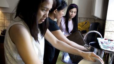 'Hvor ligger det moralsk rimelige i, at en filippinsk uddannet sygeplejerske og mor til to tilbringer sine børns opvækstår som au pair for at hente den danske overklasses børn i Hellerup, mens hendes egne børn er 10.000 kilometer væk?' spørger dagens kronikører.