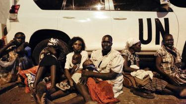En gruppe kvinder og børn søger dækning fra kampene i den sydsudanske hovedstad Juba.