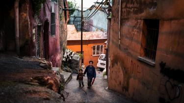 I Tyrkiet er de syriske flygtninges skæbne knyttet til Erdogans – om de støtter ham eller ej. Oppositionen kræver hjemsendelser, og tyrkernes uvilje mod flygtninge kammer over i vold. Så under kupforsøget pakkede Abo Ahmad sine tasker og gjorde sig klar til at rejse