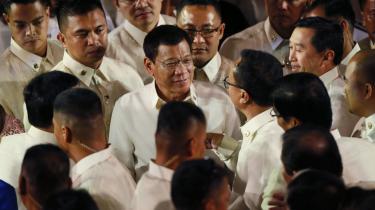 Filippinernes præsident Rodrigo Duerte (midten) tordnede nok en gang mod landets kriminelle, da han i går holdt sin første tale til nationen, siden sin tiltrædelse. Her hilser han på medlemmer af parlamentet.