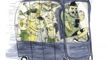 Fra september skal fire selvkørende busser transportere Vesthimmerlands børn og voksne rundt, hvilket sparer kommunen tid og penge. Det er første gang, selvkørende biler kommer på asfalten i Danmark, men ifølge bagmanden har det danske bureaukrati været alt for langsomt til at godkende test af ny teknologi. 'Vi risikerer at halte efter de andre lande,' lyder kritikken