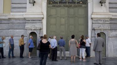 Pensionister i kø for at hæve deres penge udenfor den græske nationalbank. Det var ikke uforudsigeligt, at IMFs hjælpepakker og krav ikke ville have en gavnlig effekt på den græske økonomi, konkluderer rapport.