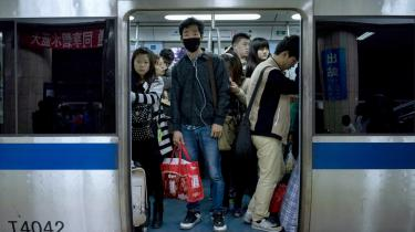 Kina er et af de lande i verden, der overskrider sit økologiske råderum. Passagerer i Beijings metro, der er verdens næststørste undergrundbane med 9,5 million rejsende dagligt.